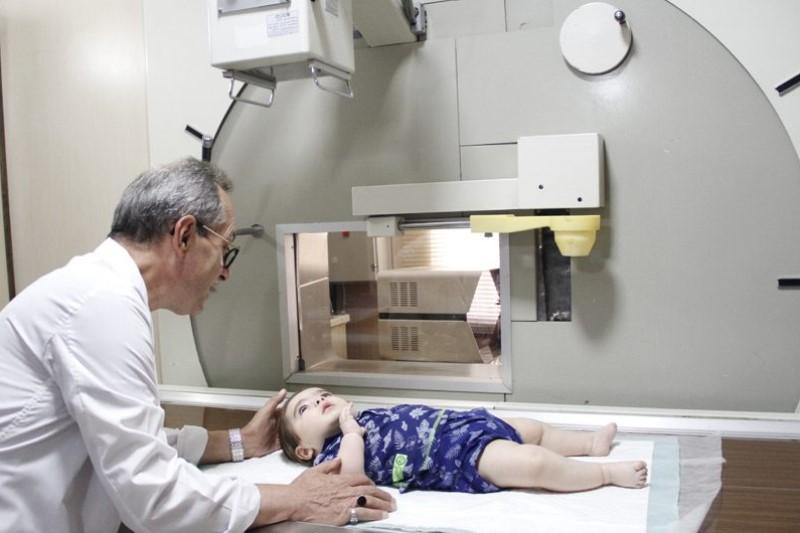 راهکار جالب برای گرفتن عکس رادیولوژی از کودکان +عکس