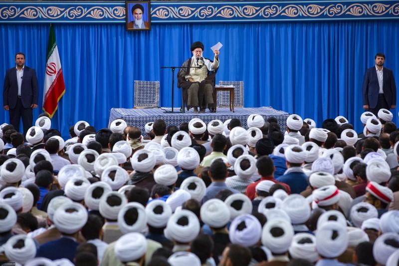 سخنان متفاوت مقام معظم رهبری با طلاب و علمای دینی