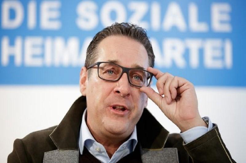هزاران تن با برگزاری تظاهرات مقابل کاخ صدراعظم اتریش خواستار برگزاری انتخابات زودهنگام شدند
