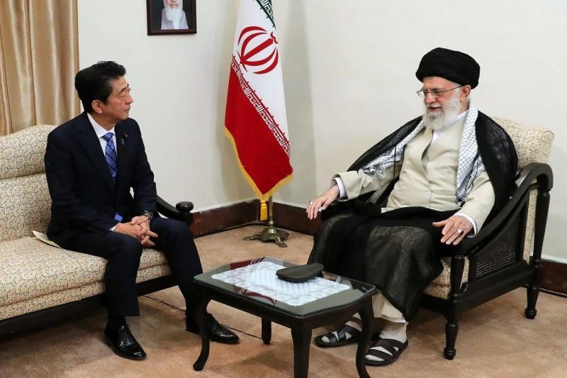 نخستوزیر ژاپن، با رهبر معظم انقلاب اسلامی دیدار کرد