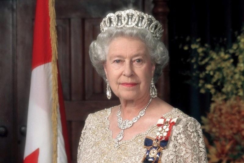 هدیه دانشجویان ایرانی برای جشن ۹۱ سالگی ملکه انگلیس+فیلم