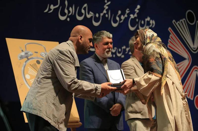 جایزه جشنواره فجر در دستان شاعر هتاک به اسلام و انقلاب