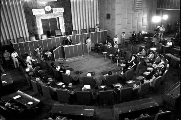 فیلم  نطق یک نماینده مجلس در دهه شصت که با تخت بیمارستان به صحن علنی آمده است