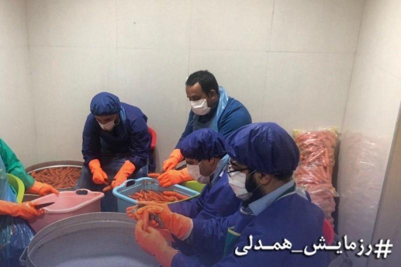 توزیع آبمیوه طبیعی و بهداشتی توسط گروه جهادی خادمین حسین جان