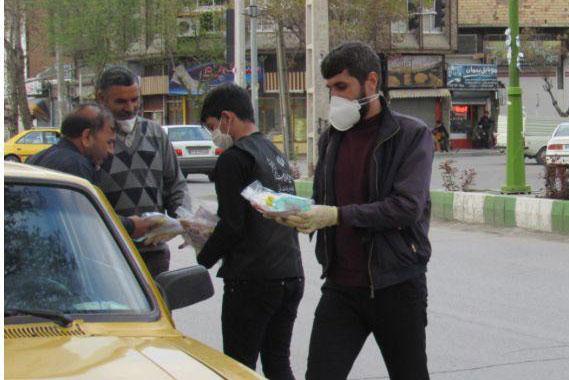 عکس| توزیع بسته های بهداشتی برای رانندگان تاکسی ارومیه