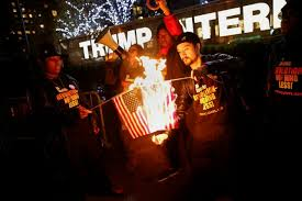 به آتش کشیده شدن پرچم امریکا در مقابل هتل بین المللی ترامپ