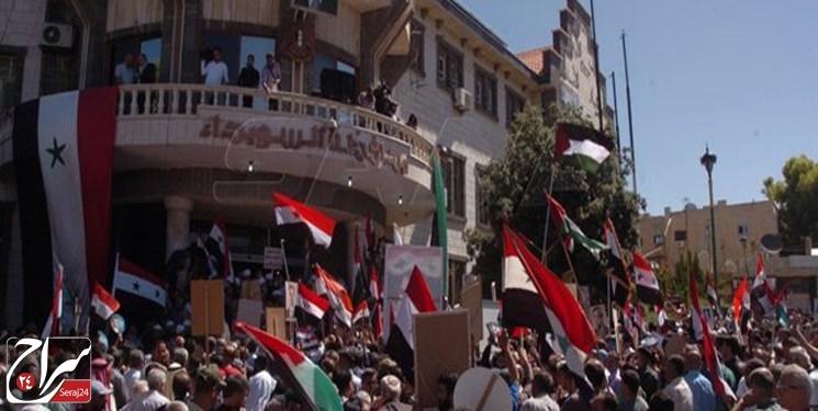 مردم سوریه در اعتراض به تحریمهای اقتصادی آمریکا به خیابانها آمدند