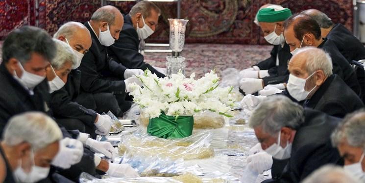آمادهسازی سوغات متبرک برای میهمانان امام رئوف