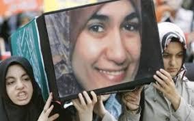 زن مصری که امروز در یکی از شهر های آلمان با ضربات چاقو به جرم حجاب به شهادت رسید !