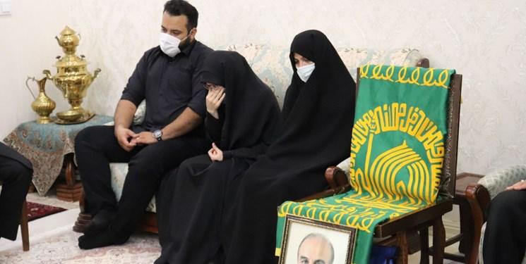 حضور خادمان امام رضا در منزل خانوادههای شهدای مدافع سلامت