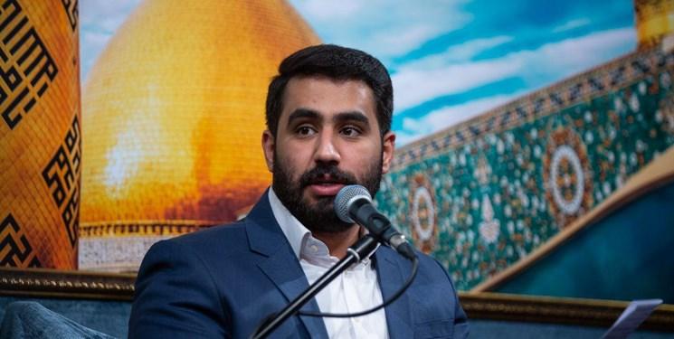 حسین طاهری در حرم سیدالکریم (ع) ، دعاخوانی میکند.