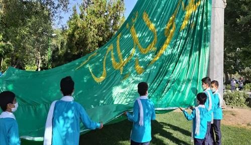 اهتزاز  پرچم مزین به نام مبارک امام علی (ع) در همدان