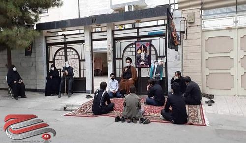 برگزاری مراسم عزاداری در منزل شهدای مدافع حرم و سلامت توسط یک هیات مشهدی
