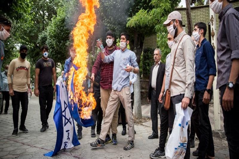 مردم انقلابی در محکومیت توهین نشریه شارلی ابدو راهپیمایی میکنند