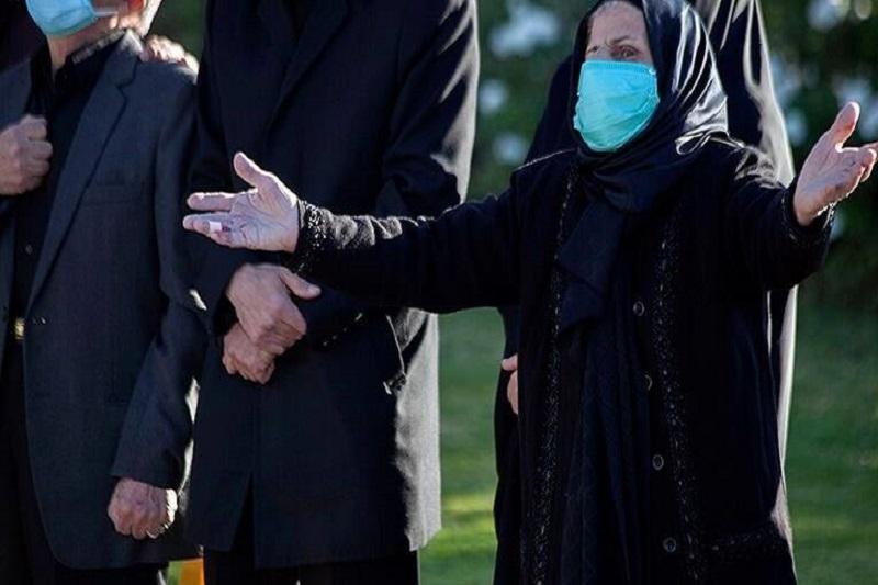 عکس/ آغوش دلتنگ مادر در تشییع شهید مدافع سلامت