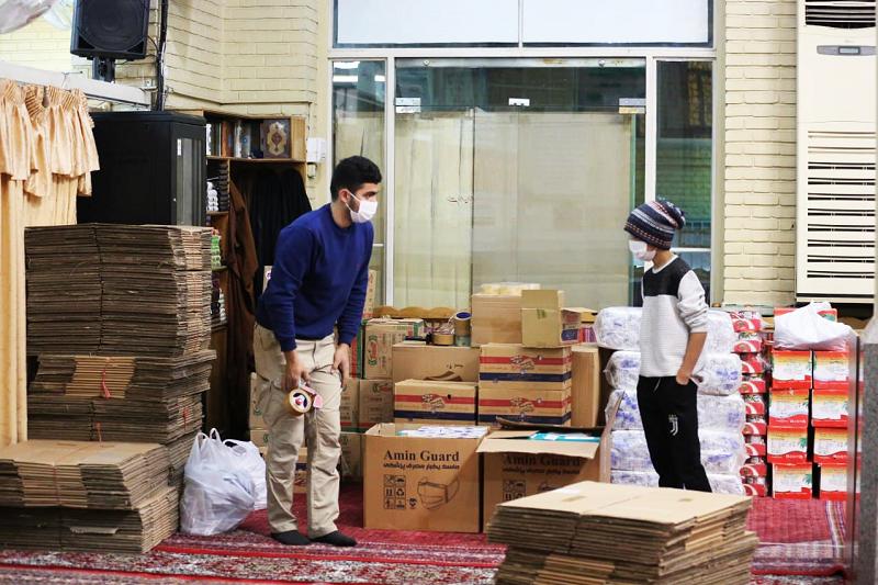 این گروه جهادی در شب یلدا به کارتنخوابها انار و کلاه بافتنی میدهد