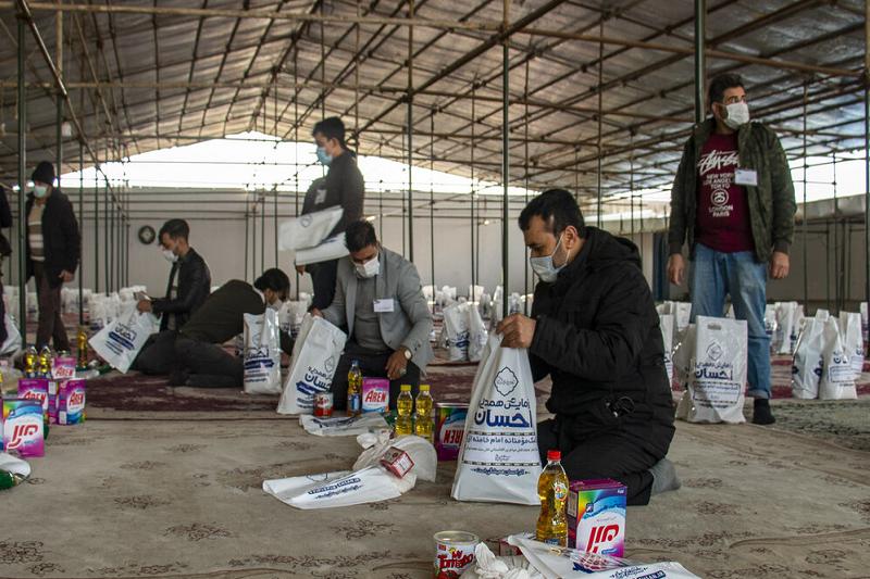 کمکرسانی مهاجران اهل سنت تهران به یکدیگر با یک شعار جالب +عکس