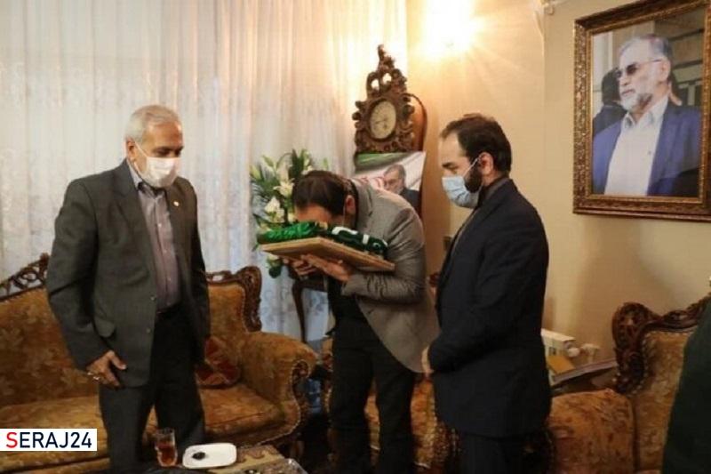 پرچم آستان قدس رضوی به خانواده شهید فخریزاده اهدا شد