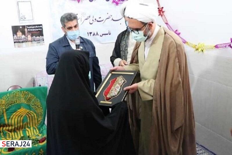 ادای احترام خادمان امام رئوف به مادر شهید مهریزی