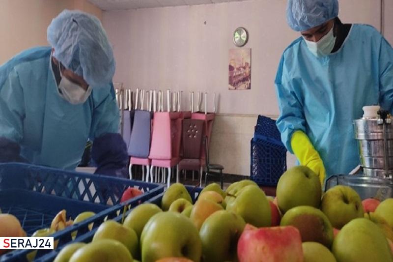 تولید روزانه ۶۰۰ بطری آبمیوه و شربت برای بیماران کرونایی