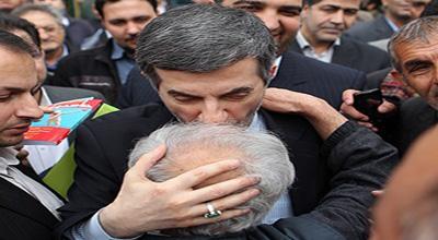 طرفداران قلابی مشایی چه کسانی هستند؟/آیا او نسخه بدلی احمدی نژاد در دست بوسی مردم است؟! +تصاویر