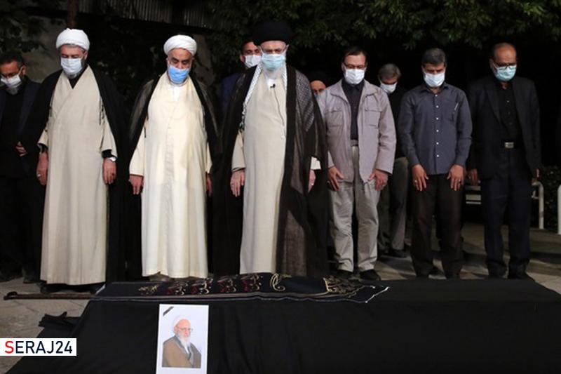 رهبرمعظم انقلاب بر پیکر آیت الله حسن زاده آملی  اقامه نماز کردند+ویدئو