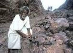 مرد هندی کوه را شکافت