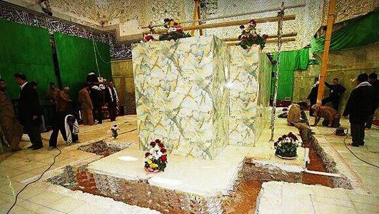 قبر امام حسیـن(ع) در حال تعویض ضریح + تصویر