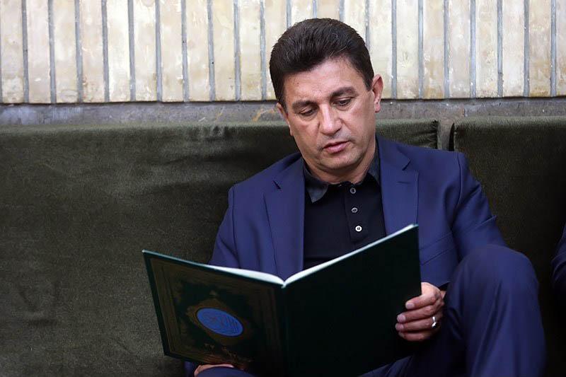 امیر خان در حال تلاوت قرآن+عکس
