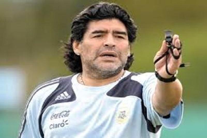 مارادونا چه کسی را شایسته توپ طلا می داند؟