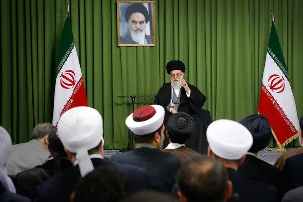 مسئولان نظام و میهمانان کنفرانس وحدت اسلامى با رهبرانقلاب دیدار کردند