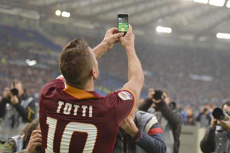 رئیس باشگاه لاتزیو از حرکت سلفی توتی انتقاد کرد