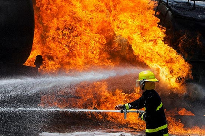 آتشسوزی گسترده در انبار 3هزار متری تهران